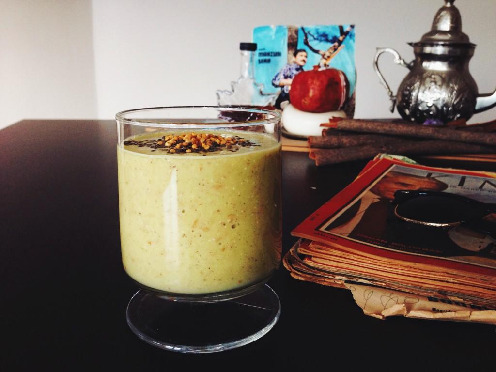 Fructosearmer Verdauungs-Smoothie mit Avocado, Brennnesselsamen, Leinsamen | Mehr Rezepte auf fructopia.de