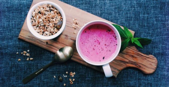 Sommerfrühstück: Hausgemachtes Müsli mit eisgekühlter Himbeer-Hafermilch