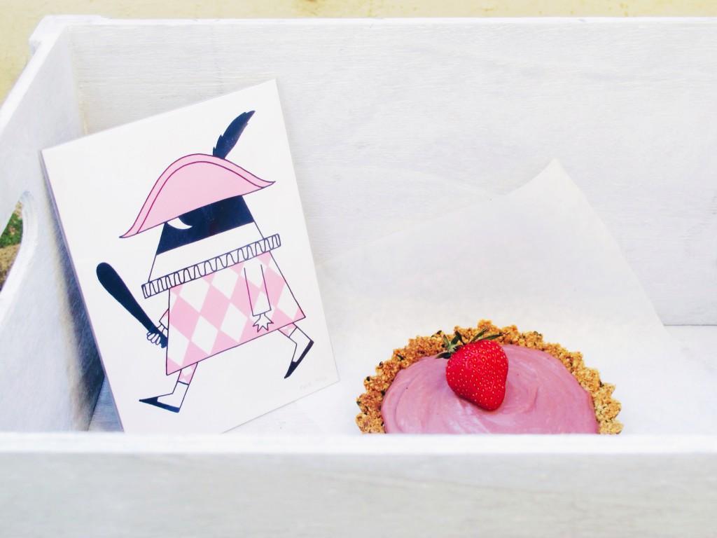 This new recipe is divine: Gluten free and fructose free hemp seed tartelettes with strawberry-raspberry-curd // Dieses neue Rezept ist wahrhaftig königlich: Gluten-freie Hanfsamen Törtchen mit fructosearmer Erdbeer-Himbeer-Creme // fructopia.de