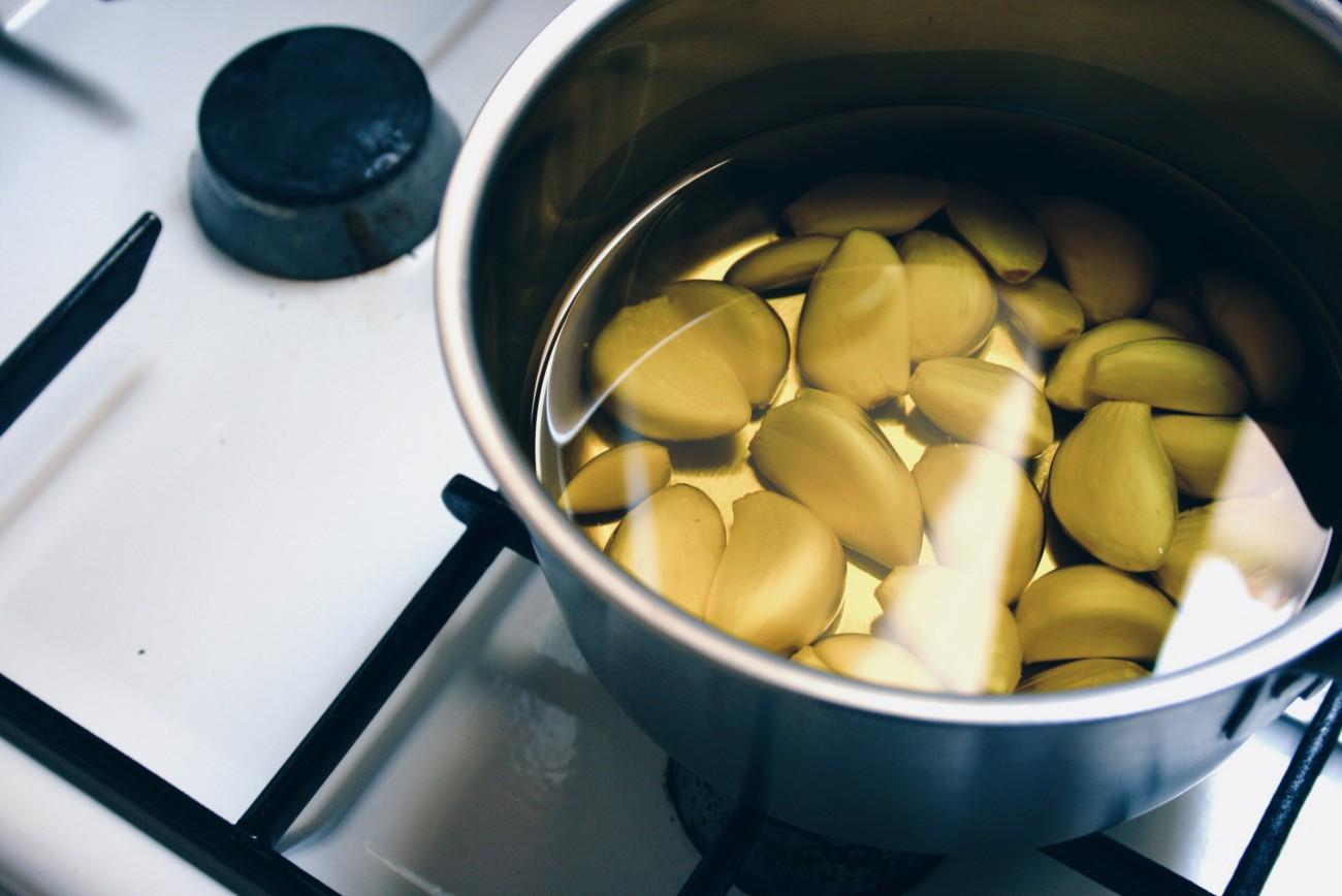 Knoblauch Confit Für köstlichen Knoblauchgeschmack ohne Bauchschmerzen. Der Knoblauchtrick für alle Menschen mit Reizdarm und Fructoseintoleranz: Hausgemachtes Knoblauchöl / fructopia.de