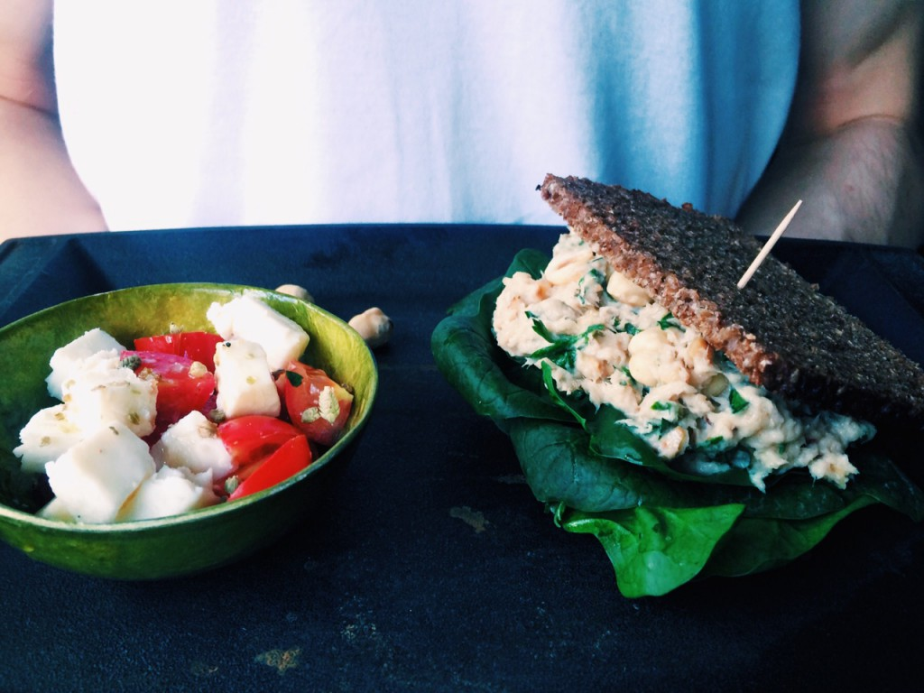 Die 5 Zutaten Low FODMAP-Challenge: Makrelen-Haselnuss-Dip und Feta-Tomaten-Thymian Salat für Colleen von FODMAPLife.com|fructopia.de