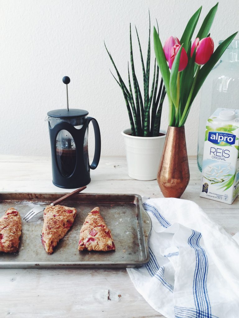 Sugar-free Strawberries and Rice Milk Scones with Spelt (wheat-free, low in fructose, refined sugar-free fructosearm) / Recipes by fructopia.de