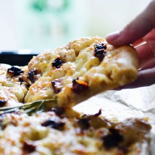 Cheese Spelt Flatbread with Sun Dried Tomatoes // fructopia.de