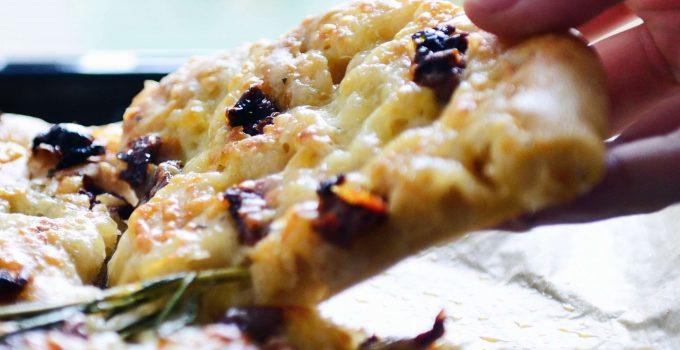 Dinkel-Focaccia mit Käsekruste | Perfekt als Snack und Sandwichbasis