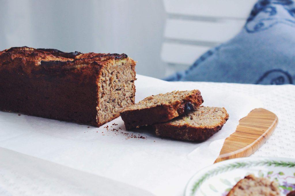 Bananenbrot mit Nüssen und Dinkel | ohne Weizen, laktosefrei, vegan, zuckerfrei | fructopia.de