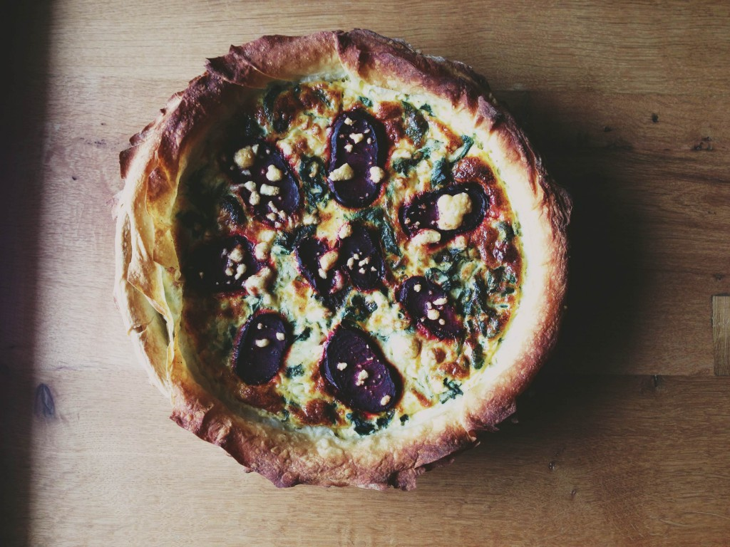 Fructose free recipes: tasty nettles beetroot powerhouse quiche // Fructosearme Rezepte: Energiereiche Brennnessel-RoteBete-Quiche // Fructopia.de