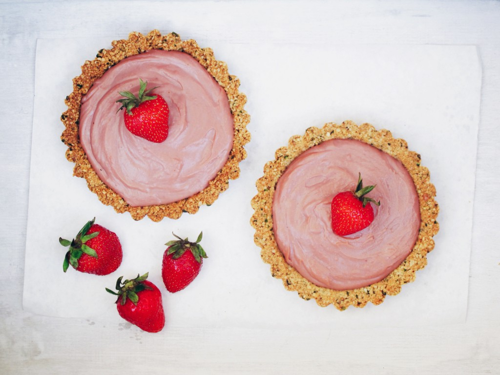 This new recipe is divine: Gluten free and fructose free hemp seed tartelettes with strawberry-raspberry-curd // Dieses neue Rezept ist wahrhaftig königlich: Gluten-freie Hanfsamen Törtchen mit fructosearmer Erdbeer-Himbeer-Creme // fructopia.de