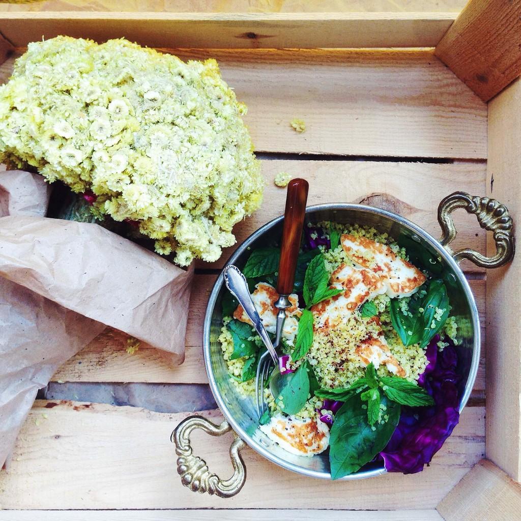 Rezept: Quinoa-Salat mit gegrilltem Halloumi, Kräutern und Tahini-Dressing (vegetarisch, gluten-frei, fructosearm, FODMAP) // fructopia.de