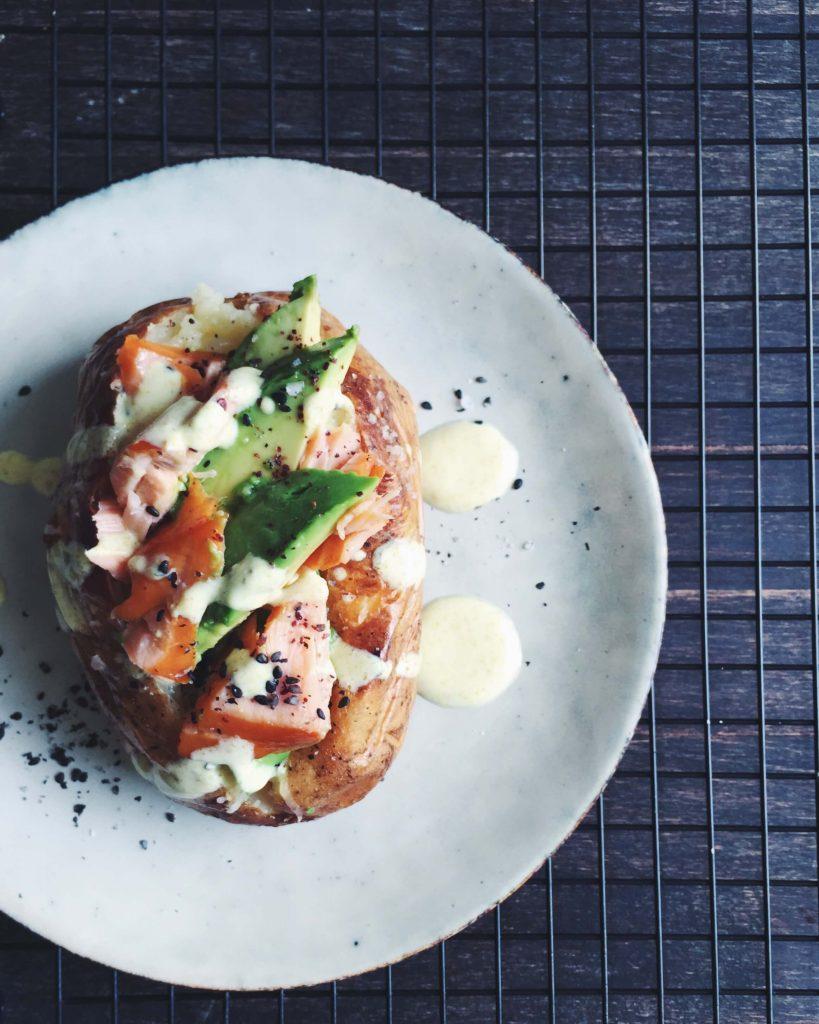 Superfood Kumpir: Türkische Ofenkartoffel mit Lachs, Avocado und Kurkuma-Dressing | Fructosearme Rezepte von fructopia.de