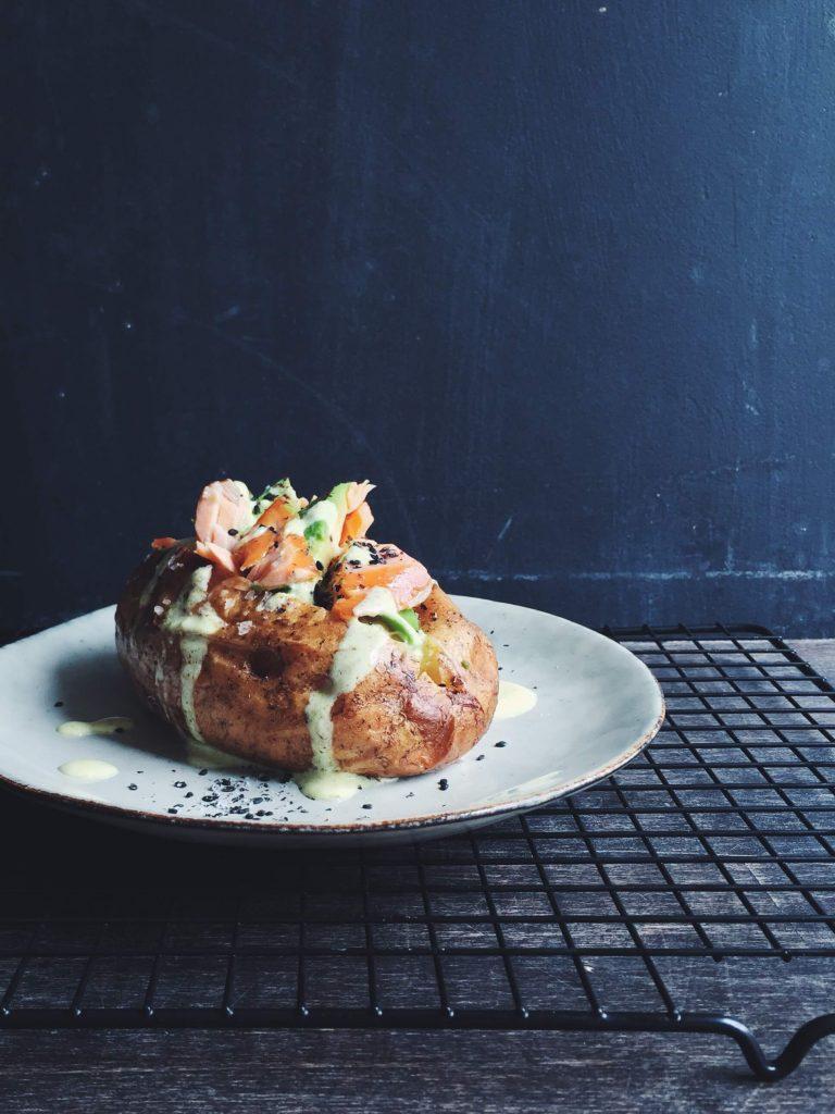 Gefüllte Ofenkartoffel mit Lachs, Avocado und Kurkuma-Dressing | glutenfrei, fructosearm | von fructopia.de
