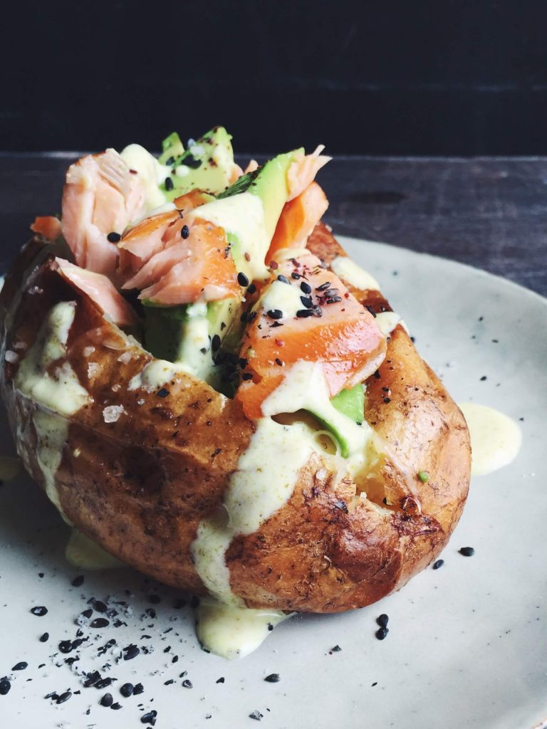 Superfood Kumpir: Turkish Baked Potato With Salmon, Avocado and Turmeric Dressing | Sugar-free Recipes by fructopia.de