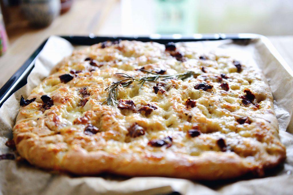 Crispy Spelt Focaccia with Cheese // fructopia.de