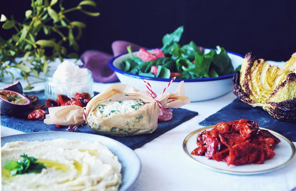 Köstliche Vorspeisenplatte: Orient trifft lokales Wintergemüse. Auf dieser weihnachtlichen Vorspeisenplatten kommen Pastinake, Wirsing und winterliche Gewürze groß zusammen raus! Fructopia.de